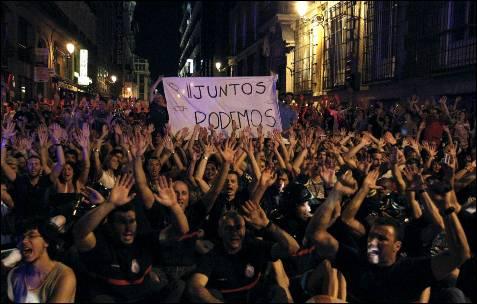 Varios centenares de funcionarios, entre ellos policías, bomberos o profesores, en una manifestación celebrada en las inmediaciones de la Puerta del Sol de Madrid. Aunque la convocatoria inicial -efectuada a través de las redes sociales- era para acampar frente al Congreso, las Fuerzas de Seguridad han vallado la zona y a las 21.30 horas impedían el acceso a los manifestantes. Eso ha obligado a los asistentes a permanecer al comienzo de la plaza de las Cortes, para luego trasladarse hasta la plaza de Neptuno, camino de Cibeles, por lo que ha sido necesario cortar el tráfico en los dos sentidos. EFE/Ballesteros