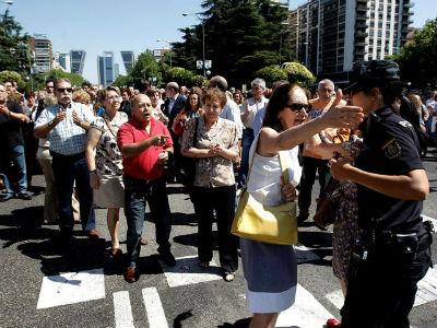 Funcionarios del ministerio de Economía cortaron el tráfico en el Paseo de la Castellana esta mañana en protesta por los últimos recortes del Gobierno. EFE