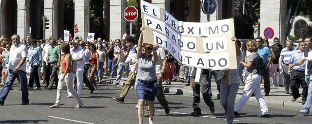 Funcionarios públicos que trabajan en Nuevos Ministerios, en Madrid, cortan el tráfico. EFE