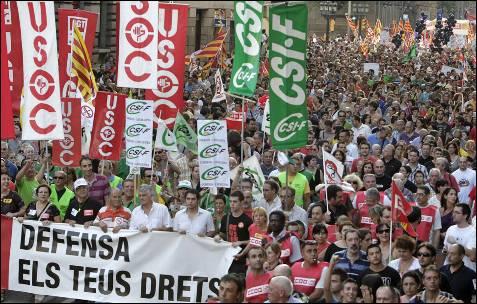 Encabezada por una pancarta con el lema: 'No callamos. Defiende tus derecho ', decenas de miles de personas se han manifestado en el centro de Barcelona.- Albert Olivé (EFE)