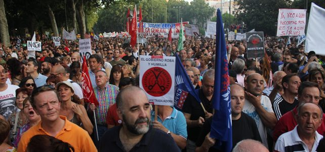 Una marea de funcionarios, parados, trabajadores, jubilados y estudiantes ha llenado el centro de Madrid - E.M.