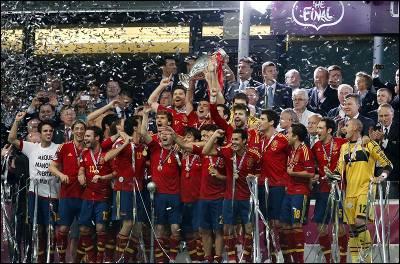 Los jugadores de la selección española de fútbol celebran su triunfo en la Eurocopa 2012.