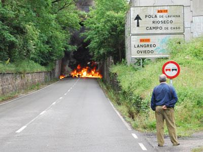 Una barricada corta la carretera a Langreo, en Asturias, durante la huelga general de las cuencas el 18 de junio.
