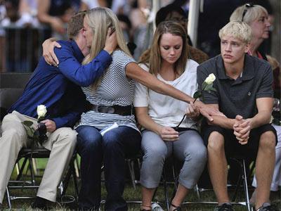 Familiares de las víctimas del tiroteo de Denver, Colorado (EE.UU.), asisten a una ceremonia en memoria de los fallecidos en Aurora. EFE/Bob Pearson