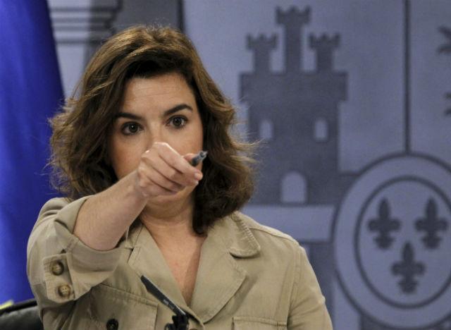 La vicepresidenta del Gobierno, Soraya Sáenz de Santamaría, este viernes durante la rueda de prensa que sigue al Consejo de Ministros, dando la palabra a un periodista.-