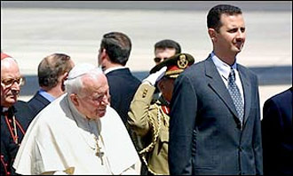 Juan Pablo II visitó a Al Asad en 2001. AP