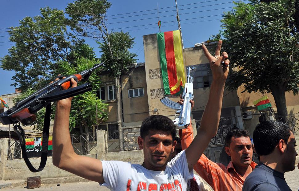Los kurdos sirios sostienen sus fusiles en la ciudad kurda de Jinderes, cerca de la norteña ciudad siria de Alepo. AFP PHOTO / BULENT KILIC