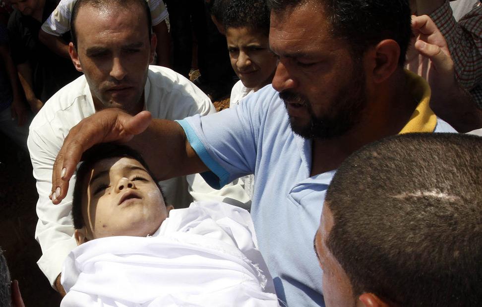 El cuerpo de un niño sirio de cuatro años en la ciudad jordana de Ramtha. El muchacho fue asesinado por el ejército sirio junto a sus padres y una docena de refugiados intentaban cruzar la frontera con Siria y Jordania. AFP PHOTO / STR