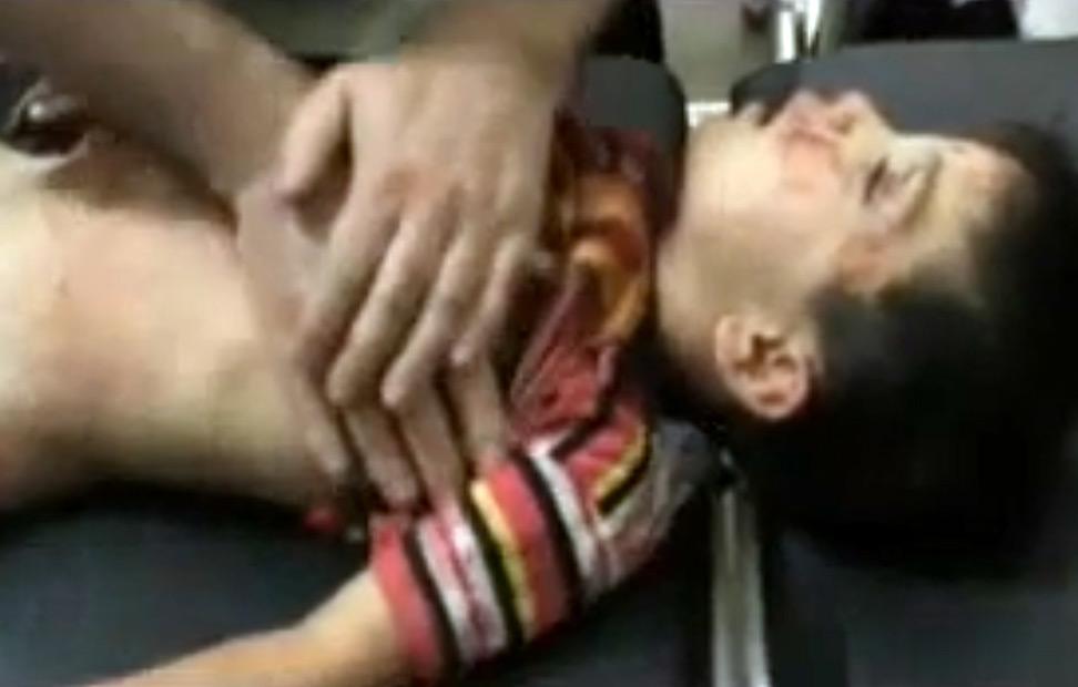 Una imagen de un vídeo subido en YouTube muestra a un hombre la resucitación cardio-pulmonar (RCP) a un niño en Qoureen, en la provincia noroeste de Idlib. AFP PHOTO / YOUTUBE