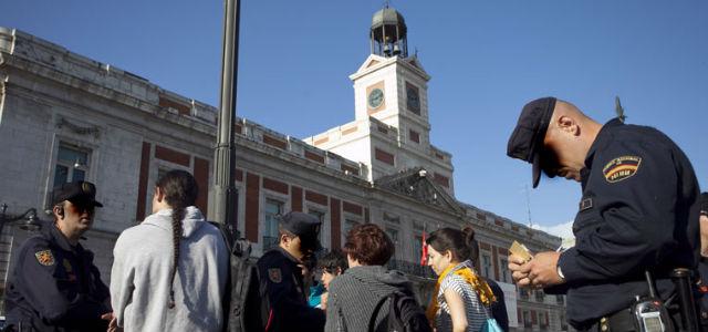 La Policia Nacional identifica a un grupo de jovenes que se encontraba en la Puerta del Sol de Madrid.