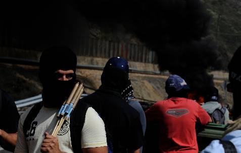 Un grupo de mineros prepara barricadas en Ciñera - REUTERS