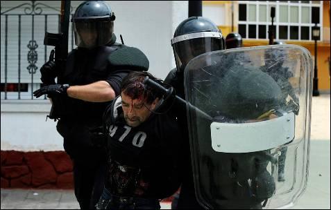 Dos agentes de la guardia civil con uno de los heridos - REUTERS
