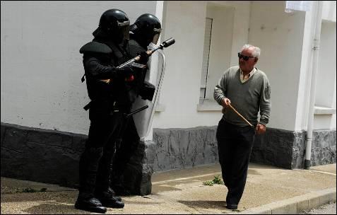 Un habitante de Ciñera pregunta a dos agentes de la Guardia Civil si puede caminar hasta su casa - REUTERS