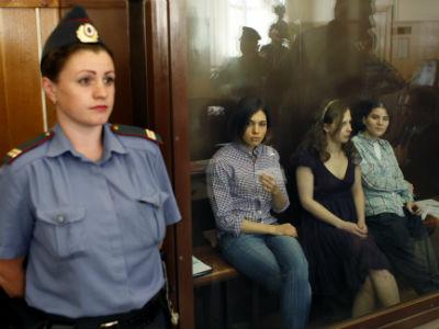 Las tres integrantes del grupo de punk Pussy Riot se sientan en el banquillo de los acusados, a la espera de que comience la sesión de juicio en el juzgado del distrito en Moscú.