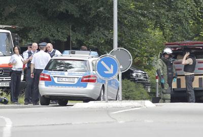Varios agentes de policía a las afueras de la casa donde ha tenido lugar el tiroteo en Karlsruhe (Alemania).