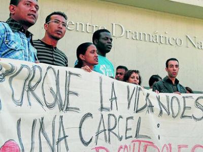Un grupo de inmigrantes protesta contra las 'redadas selectivas'. REYES SEDANO