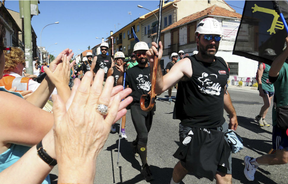 Los mineros que forman parte de la marcha negra, hacen su entrada en la localidad segoviana de San Rafael al concluir la decimosexta etapa en su viaje hacia Madrid. EFE/Juan Martín Misis