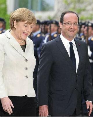 El presidente francés François Hollande es recibido por la canciller alemana Angela Merkel a su llegada a la Cancillería Federal. AFP / John MacDougall