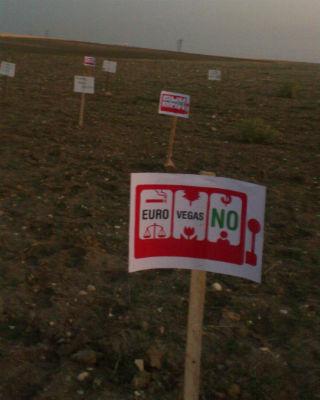 Pancartas de la plataforma Eurovegas No en la zona de Valdecarros. PÚBLICO.ES/ EUROVEGAS NO