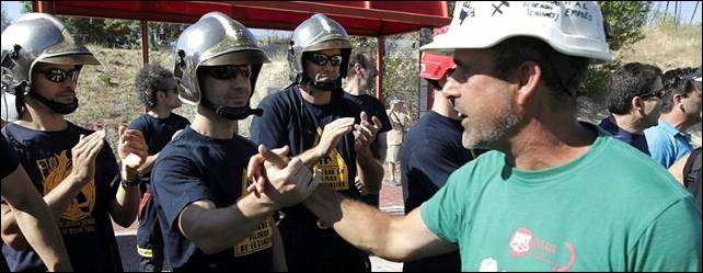 Bomberos en huelga y vecinos de Las Rozas dan la bienvenida a los mineros - EFE