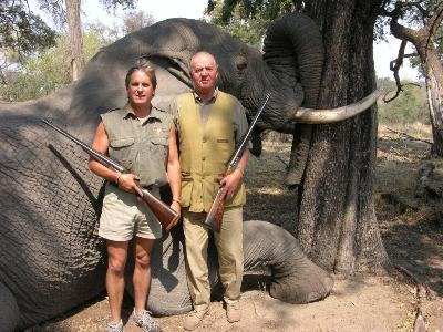 El Rey Juan Carlos posa frente al cuerpo de un elefante abatido.