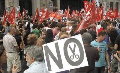 Participantes en la concentración convocada por UGT y CCOO ante la sede del Ministerio de Hacienda para protestar contra los 'brutales recortes'.