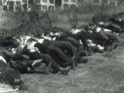 Cadáveres de republicanos fusilados en Badajoz, frente al cementerio.