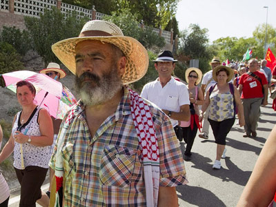 El parlamentario andaluz y miembro del SAT José Manuel Sánchez Gordillo, con varios centenares de jornaleros de distintas provincias andaluzas, este jueves. EFE/Julio Perez