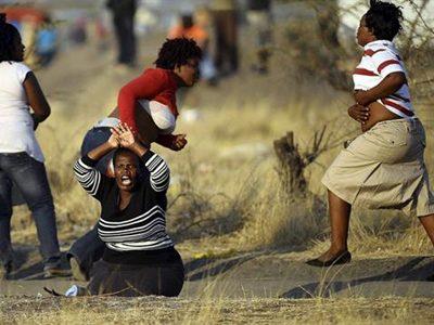 Las esposas de los mineros fallecidos se manifiestan en el lugar en el que sus maridos fueron tiroteados - EFE