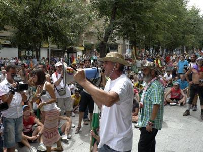 El parlamentario andaluz y miembro del Sindicato Andaluz de Trabajadores José Manuel Sánchez Gordillo (dcha), ante los miembros de esta organización que han completado hoy una marcha hasta Jaén para protestar contra los recortes. EFE/Manuel Miró