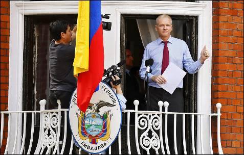 El fundador de WikiLeaks, el australiano Julian Assange, se dirige a los medios y a sus seguidores desde un balcón de la embajada de Ecuador en Londres, Reino Unido.