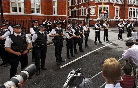 La policía cerca la embajda ecuatoriana.