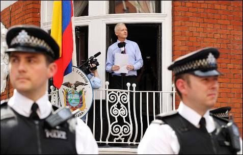 La policía ha vigilado de cerca la intervención de Assange desde un balcón de la embajada ecuatoriana en Londres.