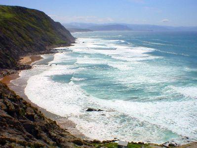 Imagen de una costa bañada por el mar Cantábrico.