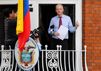 Assange, en un balcón de la embajada ecuatoriana en Londres. -