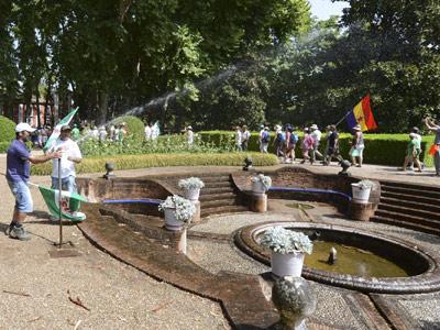 Jornaleros en los jardines del Palacio de Moratalla, en el término de Hornachuelos (Córdoba), tras ser ocupado por miembros del SAT. EFE