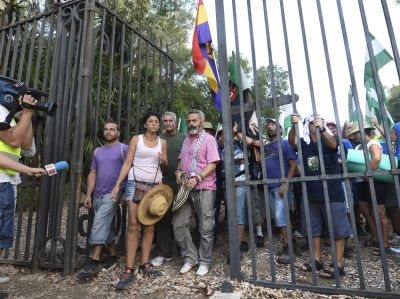 Sánchez Gordillo sale, junto con los sindicalistas del SAT, de la finca del Palacio de Moratalla.