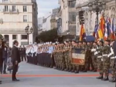 Dos banderas republicanas ondean frente a François Hollande en el 68 aniversario de la liberación de París.