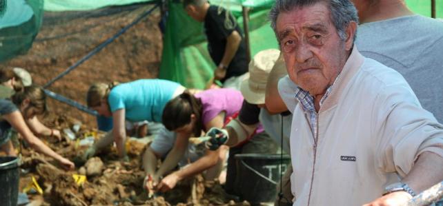 En primer plano Abilio Mata. Pastor de profesión sus indicaciones permitieron localizar la 'fosa de los mineros' en Joarilla de las Matas