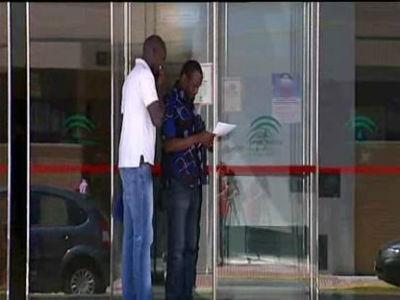 Dos inmigrantes en la puerta de un Centro de Salud. ARCHIVO PÚBLICO