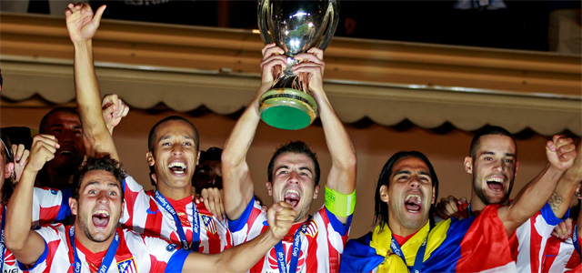Gabi levanta el trofeo de la Supercopa de Europa. REUTERS/Eric Gaillard