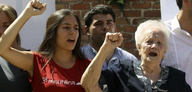 Concha Carretero, detenida junto a las 'trece rosas', durante el acto de hoy en La Almudena.