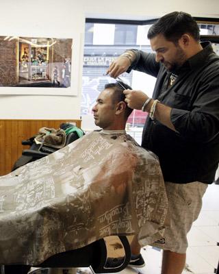 La aplicación de la subida del IVA en las peluquerías podría afectar al 20% de los trabajadores del sector en el País Valencià.