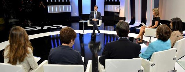 Mariano Rajoy, durante la entrevista en La 1 con María Casado y los periodistas Anabel Díez, Victoria Prego, Ignacio Camacho, Carmen del Riego  y Pilar Gómez. EFE