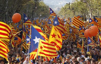 Miles de banderas esteladas presiden la manifestación.- Gustau Nacarino (EFE)