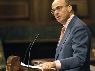 El ministro de Economía, Luis de Guindos, durante su intervención en la sesión de control al Gobierno. EFE