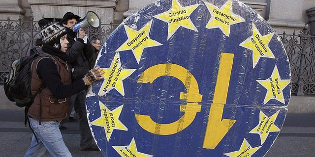 El 15-M y el 'bloque anti-deuda' se oponen a la negociación con Merkel y la Troika.