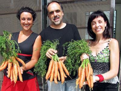 Quim Marcé, director de El Teatre Bescanó, junto a varias actrices de la compañía PocaCosa.