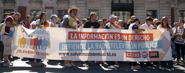 Decenas de trabajadores han protestado hoy contra la privatización de la cadena pública madrileña - EDUARDO MURIEL