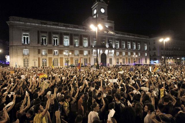 Los indignados protagonizan su grito mudo en la Puerta del Sol de Madrid a las 00.00 horas del pasado 12 de mayo de 2012. Culminaba así el primer aniversario del Movimiento 15-M.-